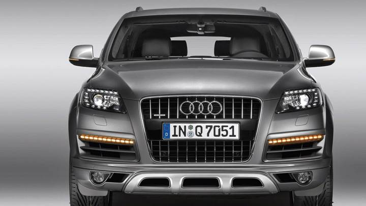 Front Pose Of 2010 Audi Q7 4.2 TDI In Grey